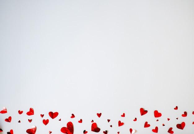 가로 방향으로 작은 종이 마음. 발렌타인 데이.