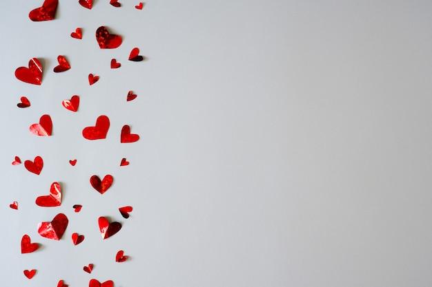 흰색 바탕에 세로 방향으로 작은 종이 마음. 발렌타인 데이.