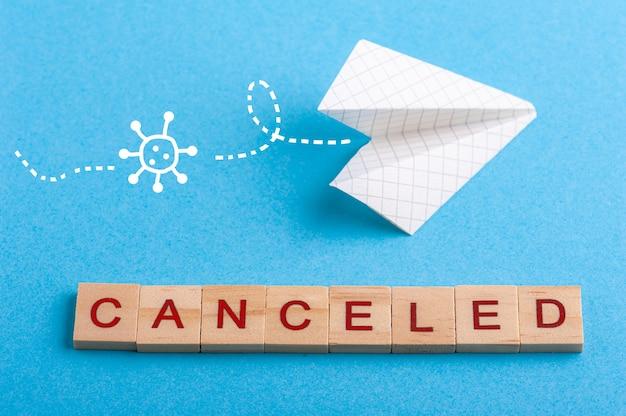 小さな紙の飛行機とサインがキャンセルされました