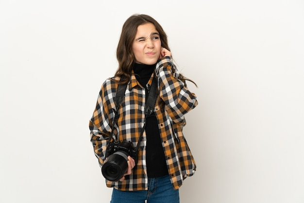 欲求不満と耳を覆っている背景に孤立した小さな写真家の女の子