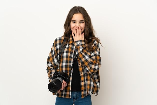 배경 행복하고 손으로 입 취재 미소에 고립 된 작은 사진 작가 소녀