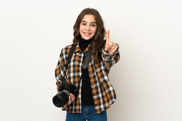 배경 표시 및 손가락을 드는에 고립 된 작은 사진 소녀