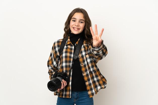 벽에 행복하고 손가락으로 세 세에 고립 된 작은 사진 작가 소녀