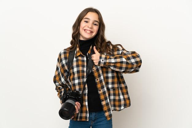 親指を立てるジェスチャーを与える壁に孤立した小さな写真家の女性