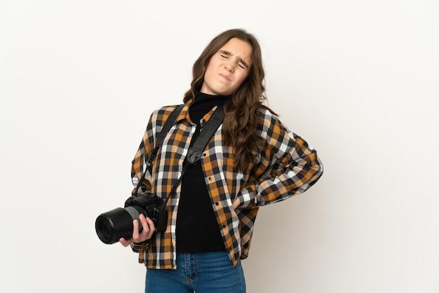 努力したために腰痛に苦しんで壁に孤立した小さな写真家の女性