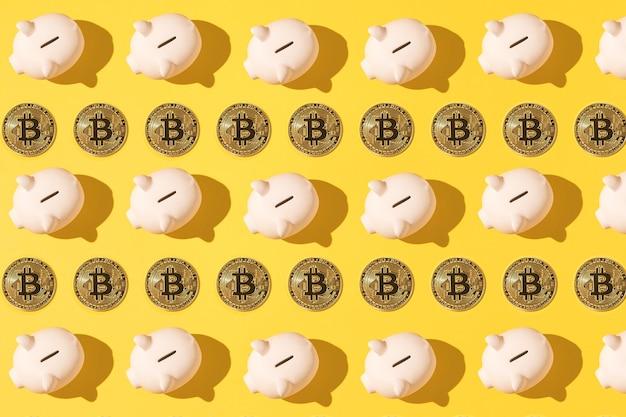 黄色の背景に小さなピンクのセラミック貯金箱パターンとビットコインパターン。暗号通貨の概念、お金と節約の節約。