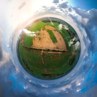 작은 행성 구형 파노라마 사탕 수수 분야의 360도보기.
