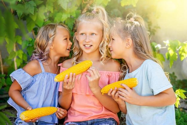 야외 여름 배경에서 비밀을 속삭이는 예쁜 소녀들. 우정 개념