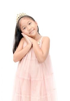 고립 된 핑크 드레스에 작은 공주 미소