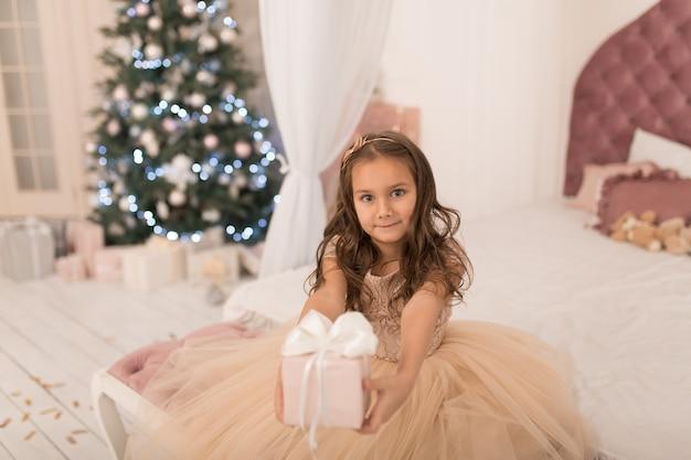 Маленькая принцесса с подарком санты на рождество.
