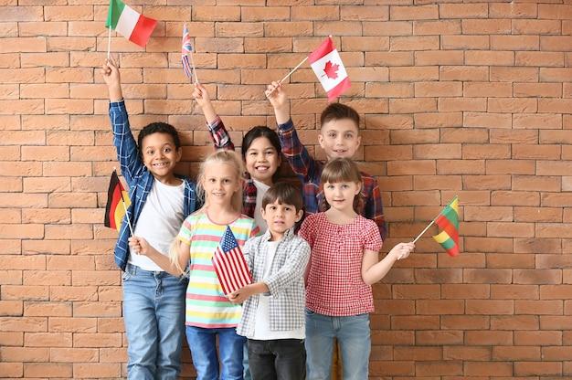 レンガの表面にある語学学校の小さな生徒