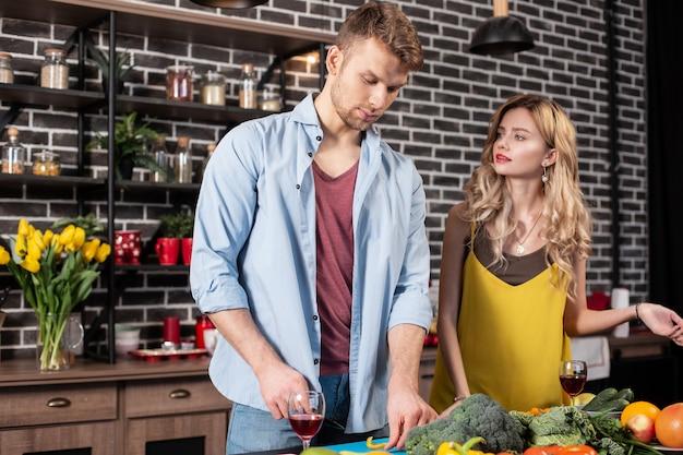 Маленькая ссора. молодая красивая пара мало ссорится за приготовление здорового ужина дома вместе
