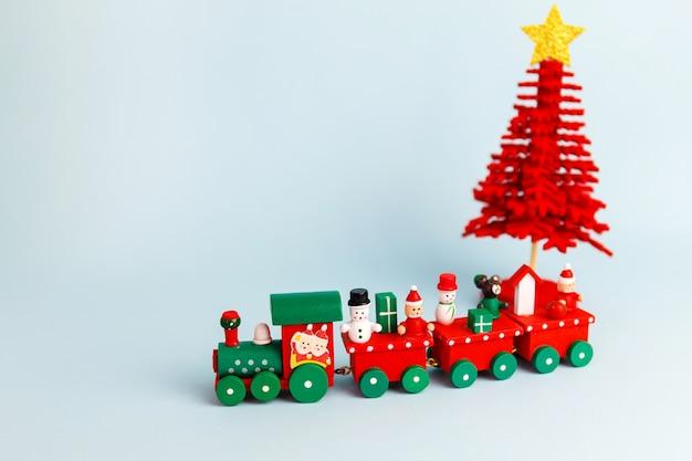 파란색 바탕에 작은 빨간 크리스마스 장난감 기차