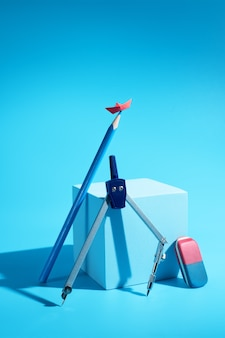 鉛筆の上の小さな赤い紙のボート。文房具。台座。自由の概念、旅行の夢。残高