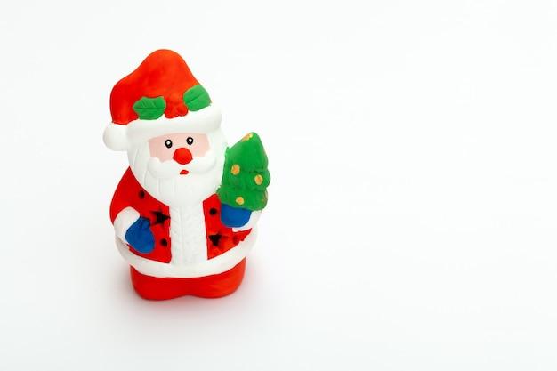 작은 산타 클로스 장난감 흰색 배경에 고립. 크리스마스와 새해 개념