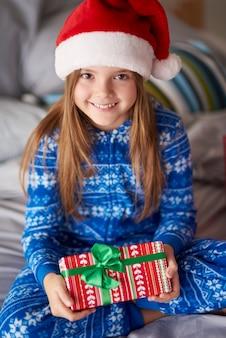 Маленький санта-клаус с рождественским подарком