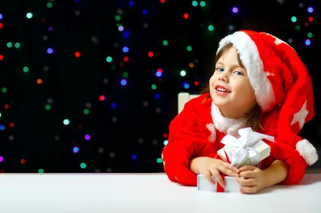 Маленький санта-клаус с рождественскими подарками улыбается