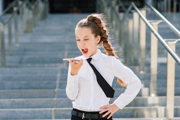 Маленькая школьница кричит по телефону