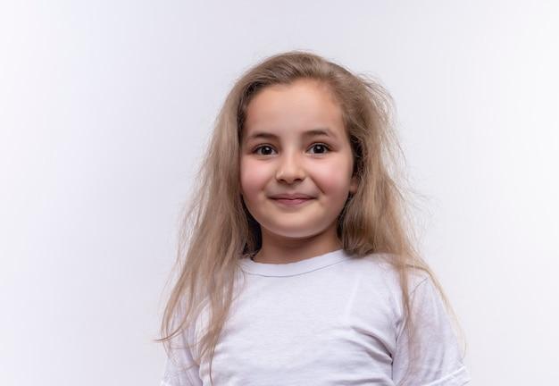 孤立した白い壁に白いtシャツを着ている小さな女子高生