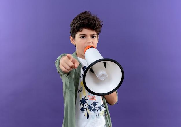 小さな男子生徒はスピーカーと紫色の壁に隔離されたポイントで話します