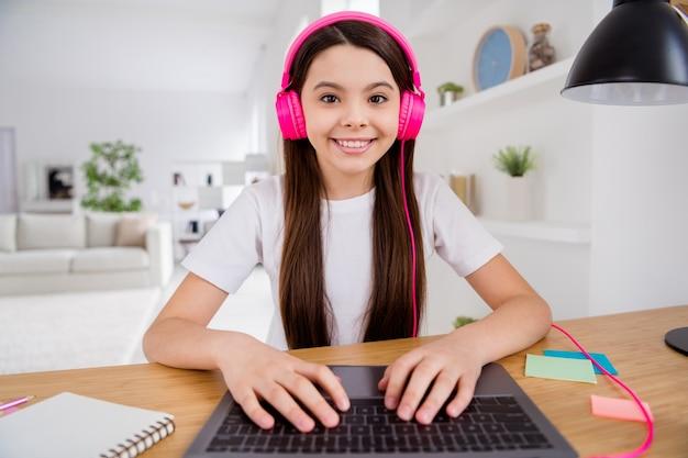 작은 여학생 노트북에 화상 통화를