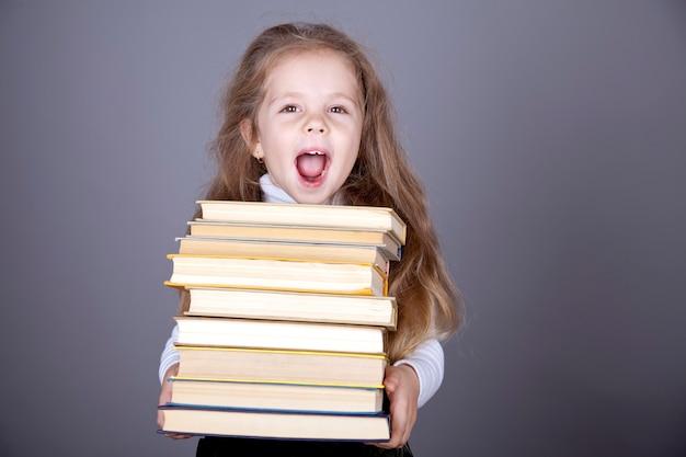 Маленькая школьница с книгами.
