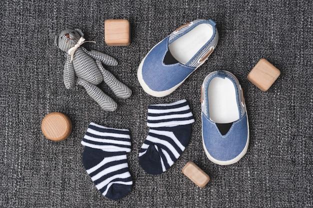 赤ちゃんのクローズアップのための小さな靴