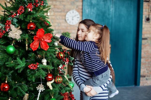 Маленькая сестра украшения елки. концепция христа