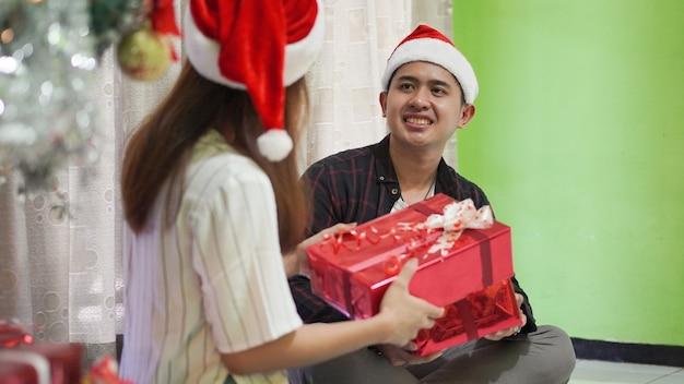 妹が家で兄にプレゼントを贈るクリスマスのお祝い