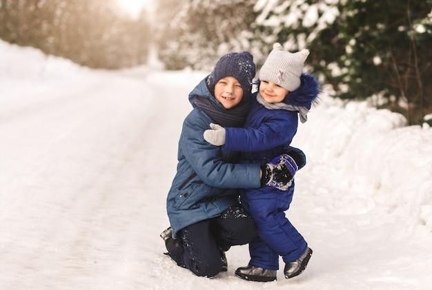 妹は晴れた日に森の中で冬に兄を抱きしめます