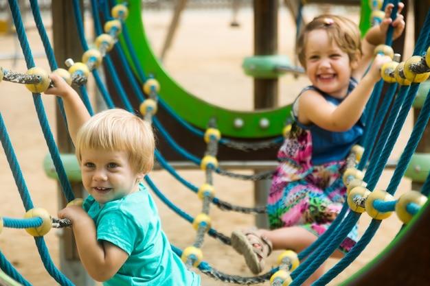 Маленькие сестры на игровой площадке, ориентированной на действия