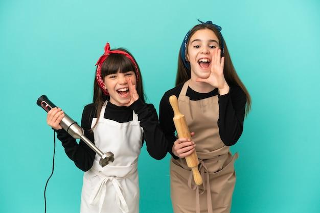 Маленькие сестры готовят дома, изолированные на синем фоне, кричат и что-то объявляют