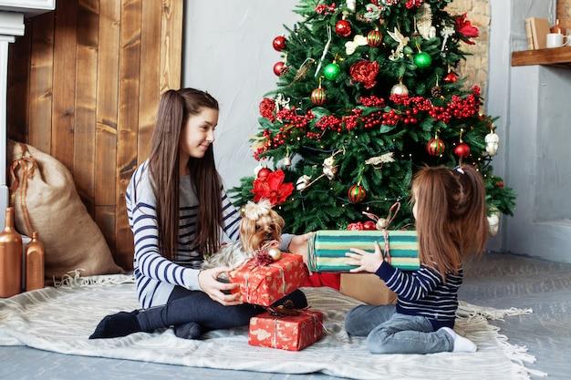 Маленькие сестры открывают подарки.