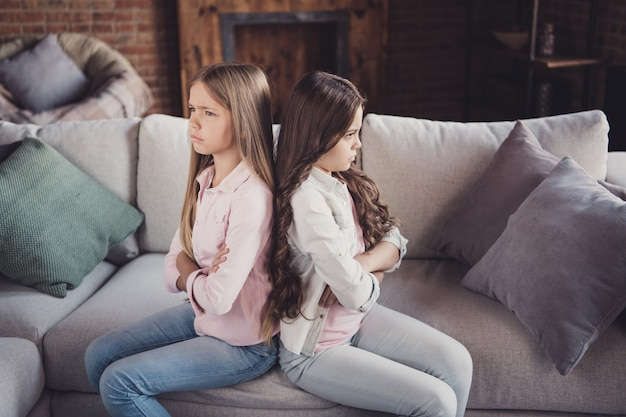一緒にソファでポーズをとる妹