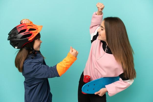 Маленькие сестры, занимающиеся велоспортом, и фигуристки изолированы, празднуют победу в позиции победителя