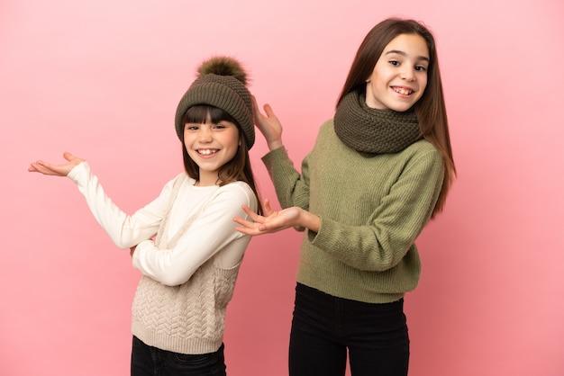 孤立した冬服を着た妹たちが手を横に伸ばして誘う