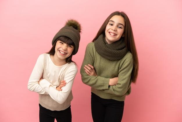 微笑みながら腕を組んだまま孤立した冬服を着た妹たち