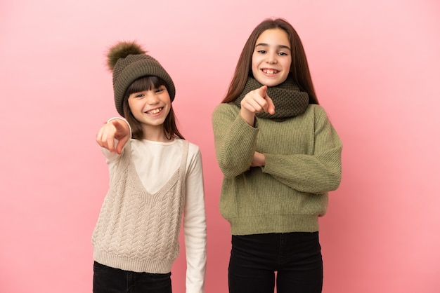 孤立した冬服を着た妹たちが自信に満ちた表情で君を指さす