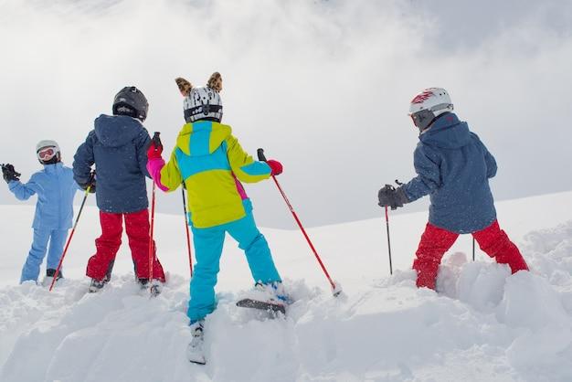 ゲレンデの前の小さなスキーヤー