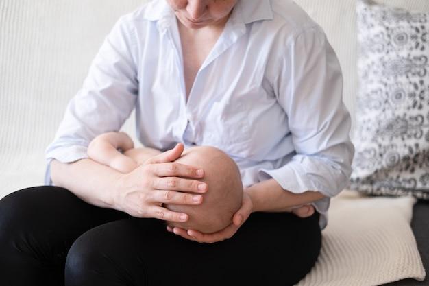 어머니 손에 작은 잠자는 아기 소년. 출산 및 육아 개념.