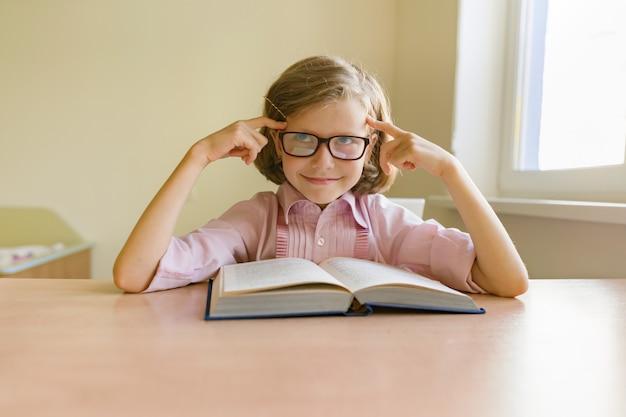 大きな本を読んでメガネで少しスマートな女の子