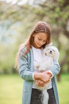公園で遊んでいる小さな笑顔の女の子