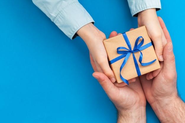 幼い息子が父親にプレゼントボックスを贈る Premium写真