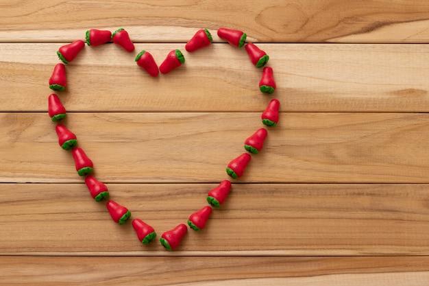 Маленькая клубника в форме сухого молока сладкий, образующий сердце.