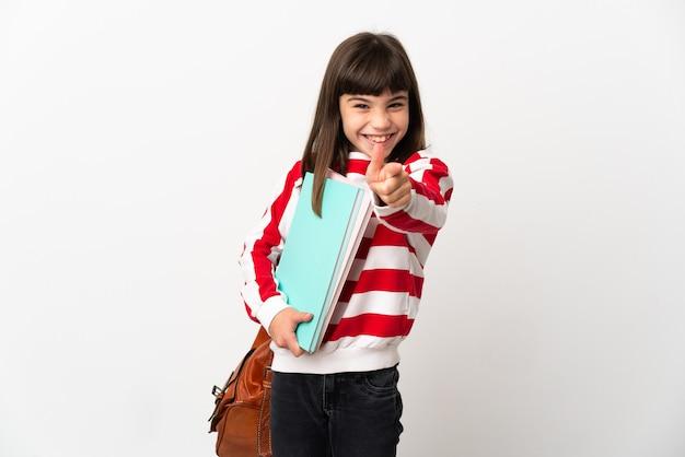 白い背景に孤立した小さな学生の女の子は驚いて正面を指しています