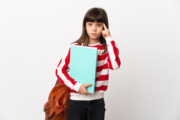 Маленькая девочка студента, изолированные на белом фоне, думая об идее