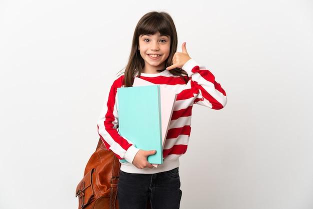전화 제스처를 만드는 흰 벽에 고립 된 작은 학생 소녀. 나에게 다시 전화