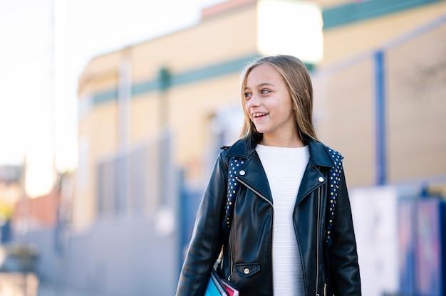 学校に行く途中の小さな学生の女の子