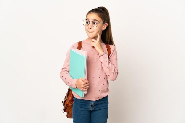 Маленькая девочка студента на изолированном фоне, сомневаясь и думая