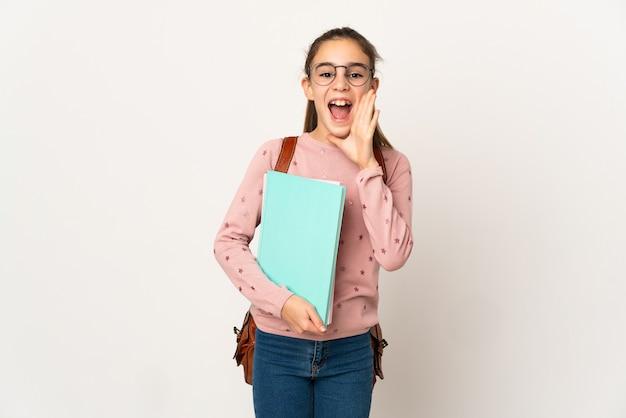 Маленькая студентка на изолированном фоне кричит с широко открытым ртом